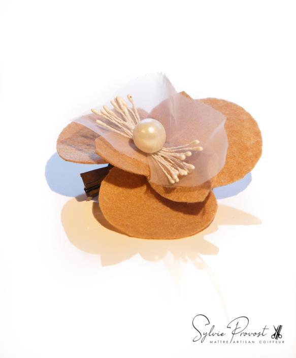 Fleur beige avec tulle et perle