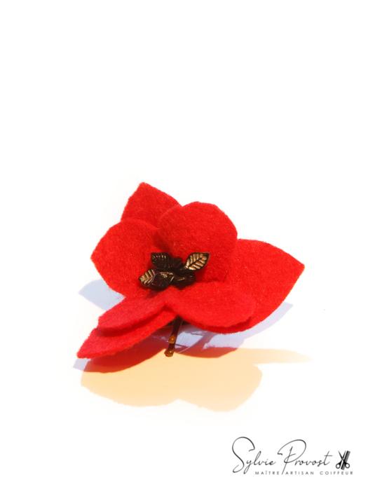 Fleur rouge avec strass noirs