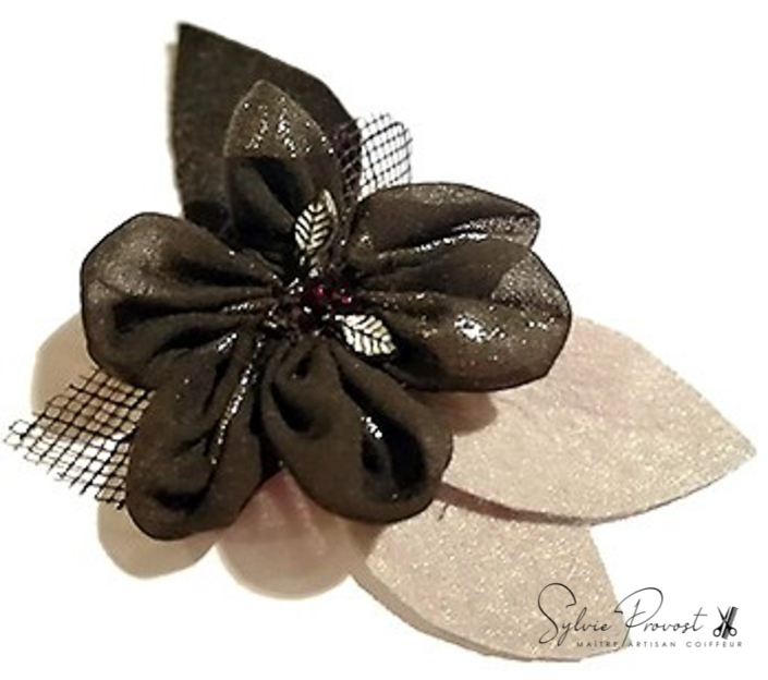 Grande fleur noire avec pétales