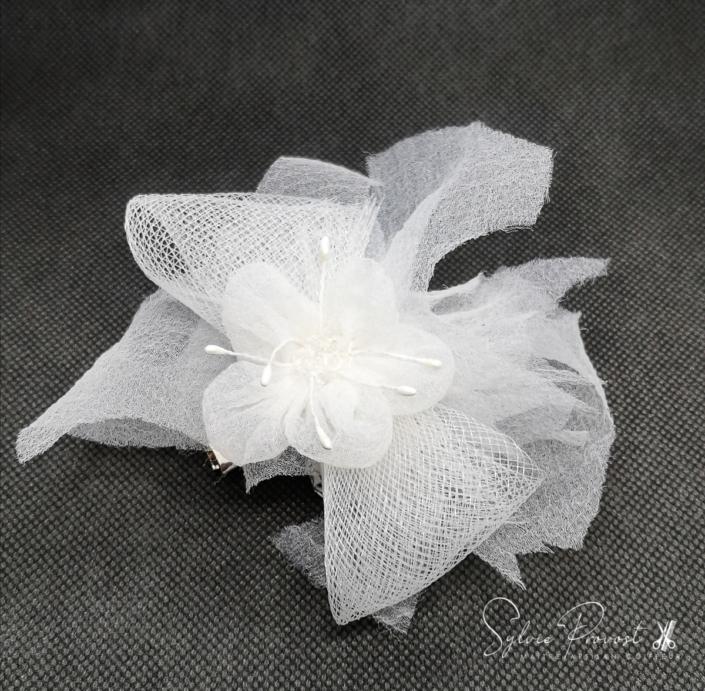 Grande fleur blanche en tulle