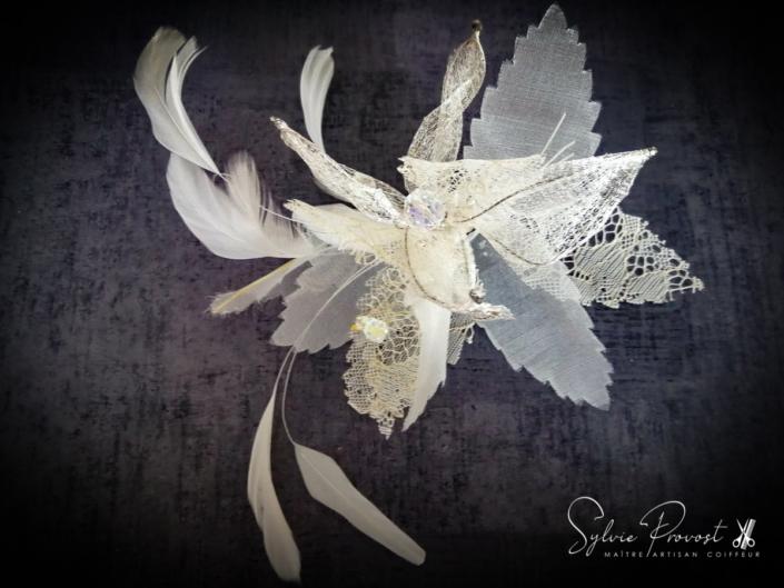 Grande fleur blanche avec plumes