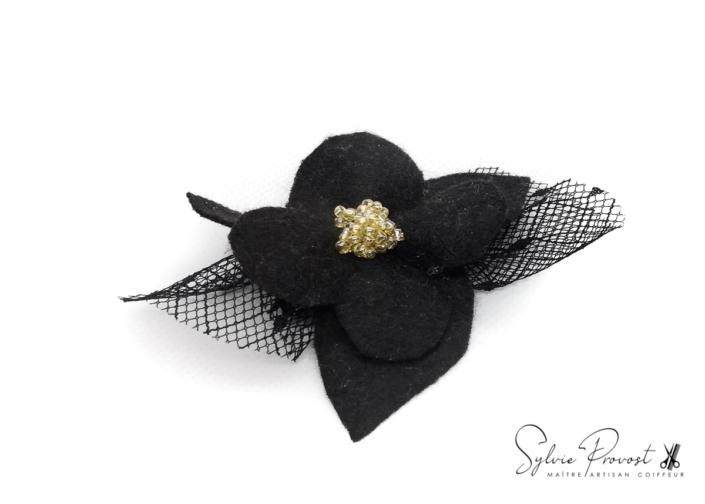 Fleur noir avec perles et tulle