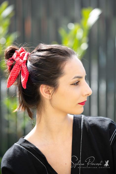 Cheveux noués avec le bandeau (ici en tresse simple)