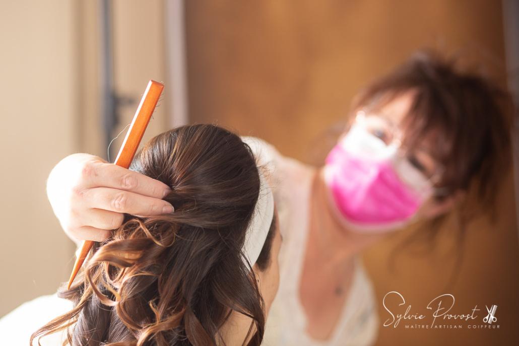 Vérification de la symétrie lors de la pause de l'accessoire de coiffure